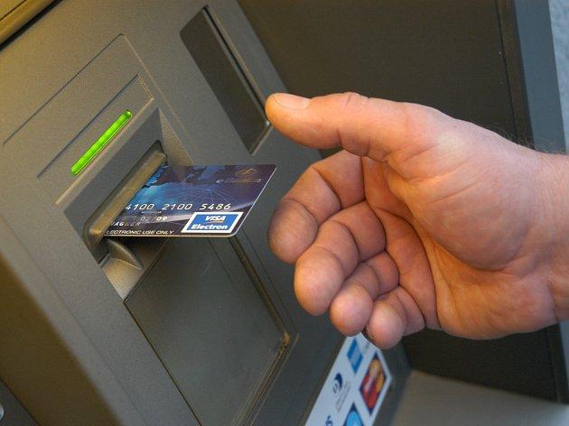 Výběr z bankomatu. Ilustrační foto.