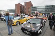 Od pražského obchodního centra Arkády Pankrác ve čtvrtek odstartoval závod luxusních vozů Diamond Race.