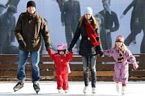 Na Štvanici se v neděli otevřela nová ledová plocha pro veřejné bruslení.