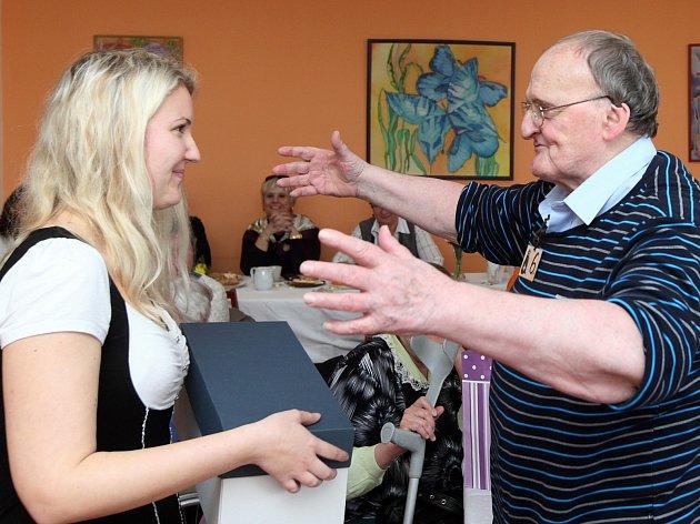 Josef Fabián si v krčském domově pro seniory vyzpíval dvě ceny. Jako nejlepšího zpěváka ho ocenila porota, jako absolutního vítěze i jeho soupeři v tajném hlasování. Cenu vítězi předával ředitel domova Otto Kechner a redaktorka Deníku Veronika Cézová