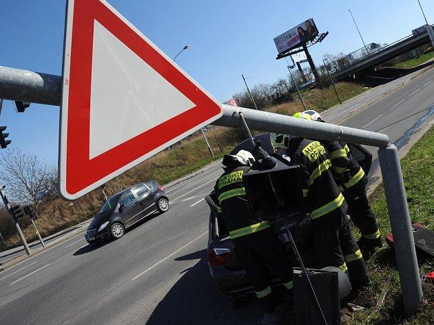 Nehoda a zničení semaforu.