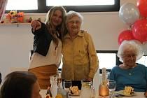 Eleonora Ballíková v objetí Yvetty Blanarovičové slaví 100 let v domově Zátiší.