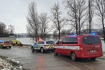 Záchranáři bojovali o život muže, který spadl z Trojského mostu do Vltavy.