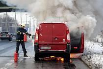 Plameny z hořícího motoru přeskočily i do interiéru vozu