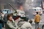 Na Vinohradské třídě před budovou Československého rozhlasu se podařilo demonstrujícím zapálit tank.