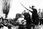 Pražské povstání – Na začátku povstání měli povstalci málo zbraní, ale díky některým německým jednotkám, které neviděly důvod k boji, získali potřebné pušky a samopaly k boji s fanatickými nacisty.