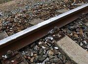 Na koleje v Braníku někdo vyskládal kamení, najel do něj vlak.