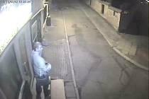 Prozatím neznámého muže hledají policisté od pondělí 2. února kvůli tomu, že se za tmy pokoušel vloupat do prodejny v Severozápadní ulici.