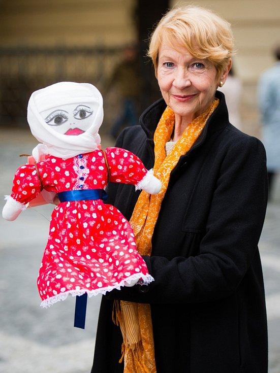 Herečka Daniela Kolářová a její panenka  Malála Júsufzai