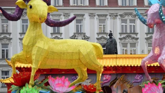 Výzdoba spojená se začínajícími oslavami Čínského nového roku na Staroměstském náměstí v Praze poutala ve středu 18. února 2015 pozornost kolemjdoucích. Pražští památkáři ale s výzdobou nesouhlasí a zahájí správní řízení s magistrátem.