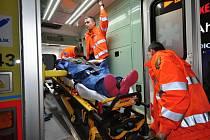 Kam s ním? Samosebou s pacientem, ale záchranáři věří, že se situace radikálně zlepší, aby nemuseli řešit tuto nerudovskou otázku. Respektive dispečeři, kteří do sanitky předávají důležité informace o volných lůžkových kapacitách nemocnic.
