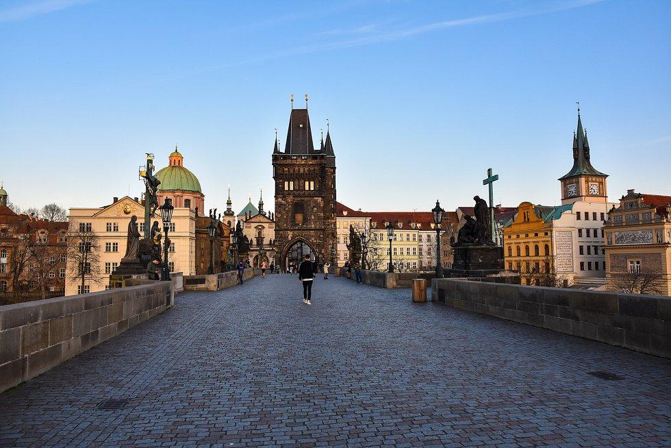 Prázdné ulice Prahy a lidé s rouškami 18. března 2020. Karlův most v době karantény.