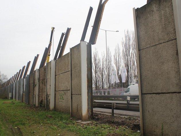 Stavba protihlukové stěny. Ilustrační foto.