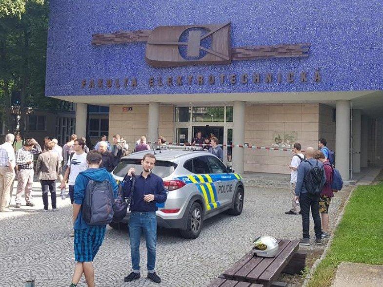 Policie evakuovala univerzitní kampus v Dejvicích kvůli nahlášené bombě.