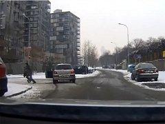 S policisty v zádech se uprchlík dostal až ke křižovatce ulic Malešická a Ke Kapslovně, kde s autem zastavil a dál utíkal po svých.