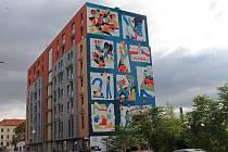 Bytový dům v Tusarově ulici má novou ozdobu. Dílo českých a polských umělců připomíná vznik hnutí Solidarita v roce 1980, spolupráci polského a československého disentu a cestu střední Evropy ke svobodě v roce 1989.