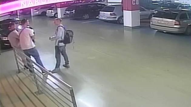 Skupina mladíků podezřelá z vloupání do auta zaparkovaného v garážích nákupního centra na Žižkově.