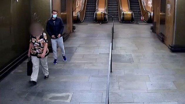 Muž podezřelý z okrádání seniorů v metru