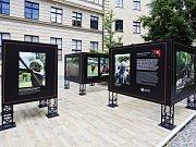 Výstava fotografií o Nové Guineji na nádvoří Náprstkova muzea