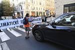 Členové hnutí Extinction Rebellion 4. září 2019 zhruba v 9 hodin zablokovali pražskou Pařížskou ulici na křižovatce se Širokou ulicí.