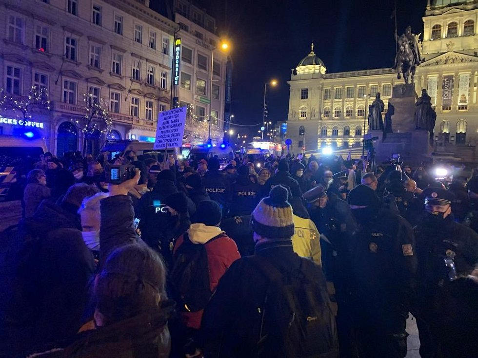 Na protestním shromáždění v Praze museli policisté přistoupit k zajištění několika osob z důvodu neuposlechnutí výzvy.