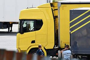 V kamionu převážejícím melouny přicestovalo do pražských Řeporyjí pět migrantů, z areálu utekli do polí.