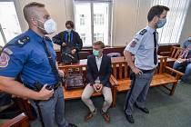 U Městského soudu v Praze začalo 23. září 2020 hlavní líčení v případu dvou mladíků viněných z vraždy partnerského páru z Prahy 6. Na snímku je  obžalovaný Jiří Nehyba (uprostřed) v soudní síni.