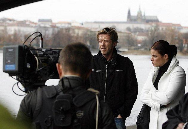 Z NATÁČENÍ. Jiří Langmajer a Zuzana Fialová na nábřeží pod Jiráskovým mostem připravují jednu ze scén nového seriálu Kriminálka Staré Město.