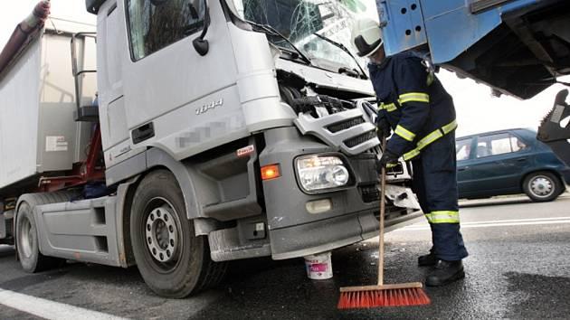 Nehoda tří kamionů blokuje příjezd do Brna po D2. Jeden řidič je těžce zraněný
