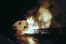 Požár nákladního automobilu si vyžádal evakuaci obyvatel dvou rodinných domů.