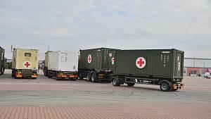 Armádní konvoj a stavba polní nemocnice v Letňanech