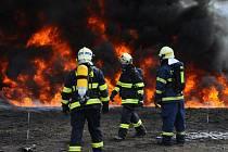 Z odborné přípravy pražských hasičů na skládce uhlí chemické továrny Spolana v Neratovicích.
