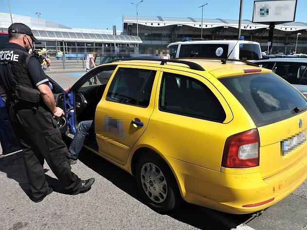 Taxikáře, který v ulicích metropole stále taxikařil, i když papírově dotaxikařil, odhalili pražští strážníci ze specializované skupiny Taxi.