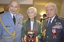 Slavnostního křtu pamětních mincí se zúčastnili (zleva) plukovník Pavel Vranský, Hana Fajtlová a generál Emil Boček.