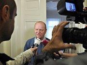 Volný odcházel od Městského soudu v Praze Antonín Saleta, poslední z obžalovaných v kauze 154milionové loupeže století z roku 2002. Soud ho zprostil obžaloby - prozatím nepravomocně - pro nedostatek důkazů. Na snímku obhájce Jaroslav Ortman.