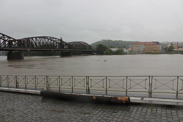 Vltava u železničního mostu v pondělí 3. června v 7 hodin ráno.