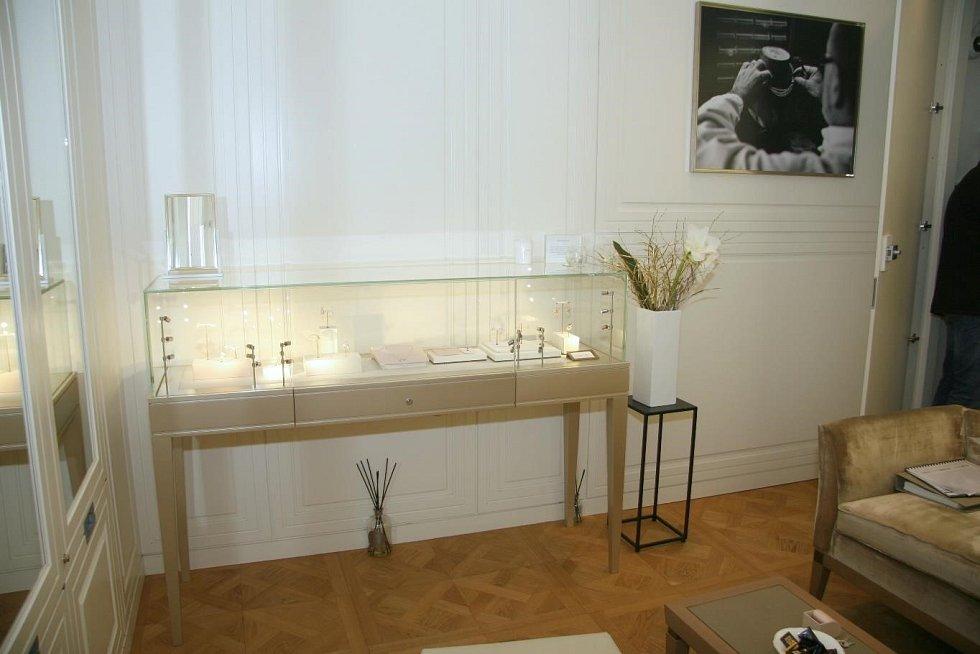 V pražském klenotnictví muži přelstili prodávající a odcizili šperky za více než čtvrt milionu korun.