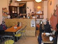Kavárna, ve které příchozí za nápoje a jídlo platí dobrovolnými příspěvky, je jednou z mnoha veřejných prostor a aktivit, kterou žižkovská Klinika nabízí.