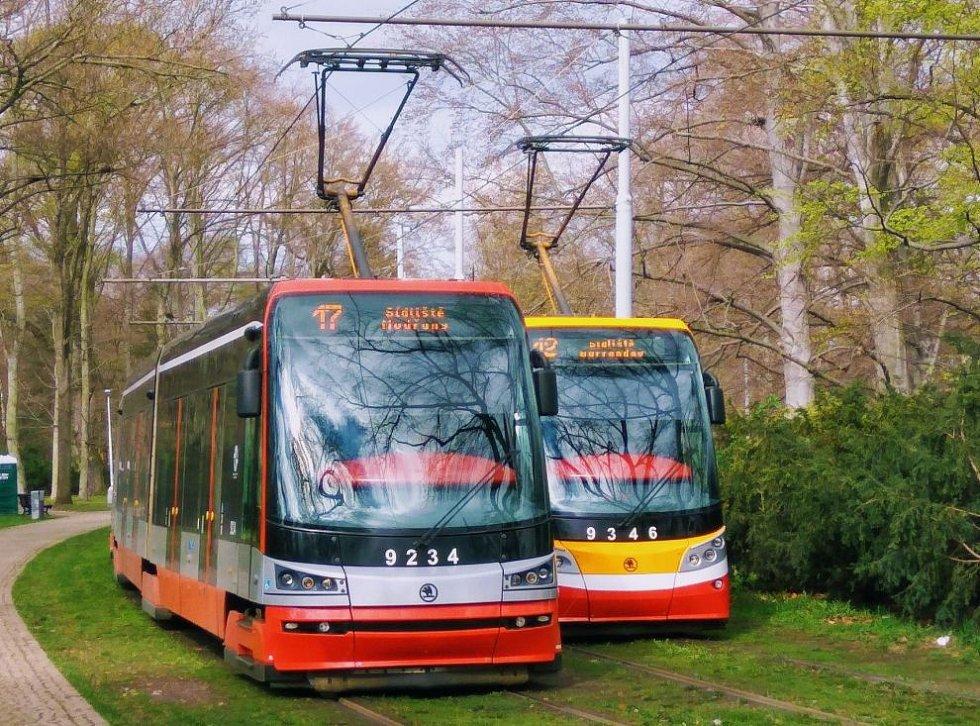 Tramvaje 15 T z první i druhé série na konečné ve Stromovce.