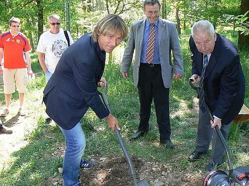 V rámci projektu Kořeny osobností zasadili 6. května dva stromy v botanické zahradě v Praze-Troji držitelé Zlatého míče, Josef Masopust a Pavel Nedvěd.