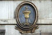 Dům U zlaté číše. Zlatá číše je jedním ze čtrnácti nejstarších cechovních znamení. Zde v domě bydlel zlatník už v roce 1586, ale symbolem řemesla nechal dům označit až zlatnický mistr Jan Schumann po roce 1660.