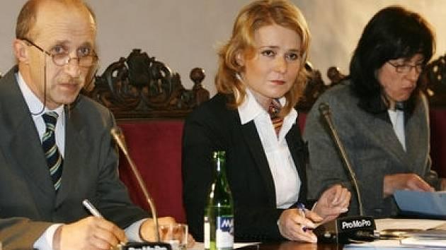 JEDNÁNÍ ZASTUPITELŮ. Dnes mají projednat mimo jiné i prodej dvou bytových domů. Zasedání povede starostka Prahy 2 Jana Černochová (na snímku uprostřed).