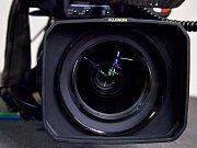 Detail objektivu profesionální kamery. Ilustrační foto.