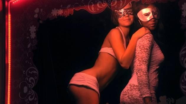 Počátkem května zahájil v pražské ulici Ve Smečkách provoz nový erotický klub amsterdamského typu - s prostitutkami nabízejícími se ve výlohách. Nevěstinec se nelíbí radním Prahy 1 ani magistrátu hlavního města, který připravuje návrh zákona o regulaci pr