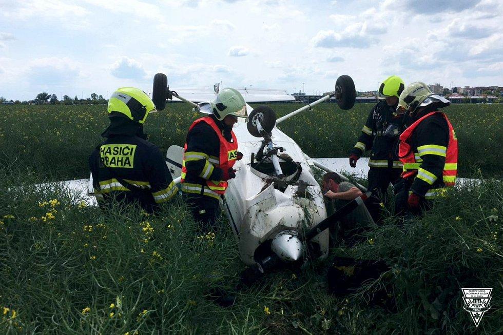 Havárie cessny na letišti v Letňanech.