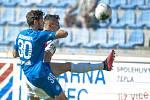 FC Slovan Liberec - SK Slavia Praha. Slávistický útočník Petar Musa v souboji s libereckým Tarasem Kačarabou.
