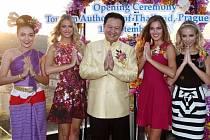 Guvernér TAT, pan Yuthasak Supasorn a královny krásy