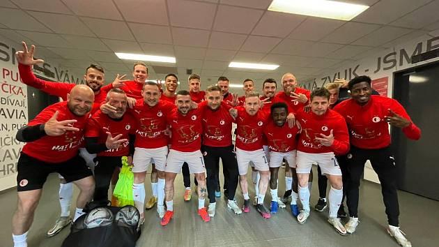Fotbalisté Slavie se radují ze zisku třetího titulu v řadě.