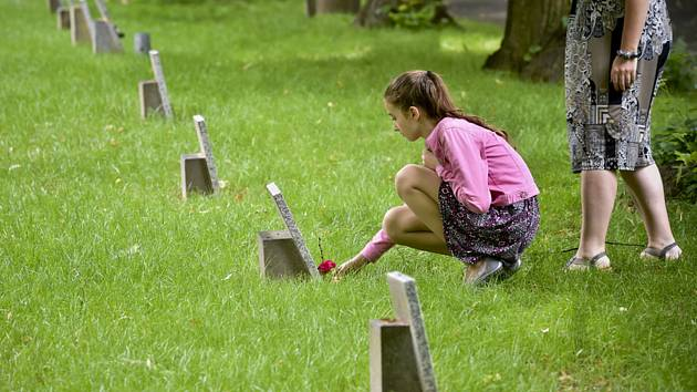 Připomínka dětských obětí komunismu na Ďáblickém hřbitově.