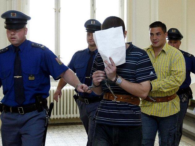 Přemysl Herclík (vlevo) a Miroslav Šedivý přicházejí do jednací síně pražského městského soudu.